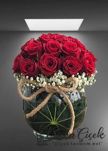 Cam vazoda kırmızı gül